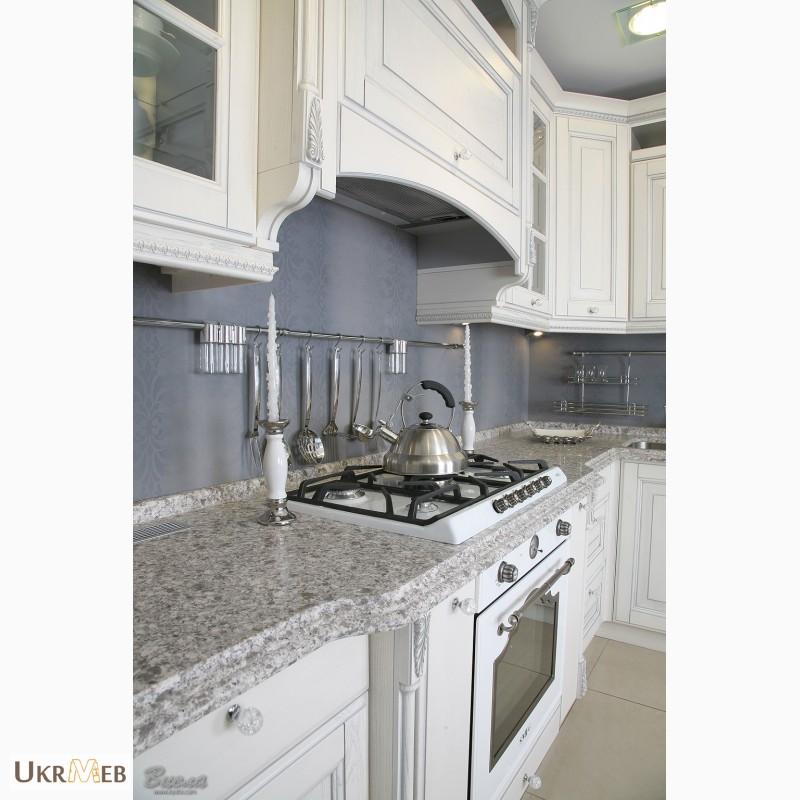 Фото 2. Дизайнерские кухни в классическом стиле из массива с патиной и резьбой