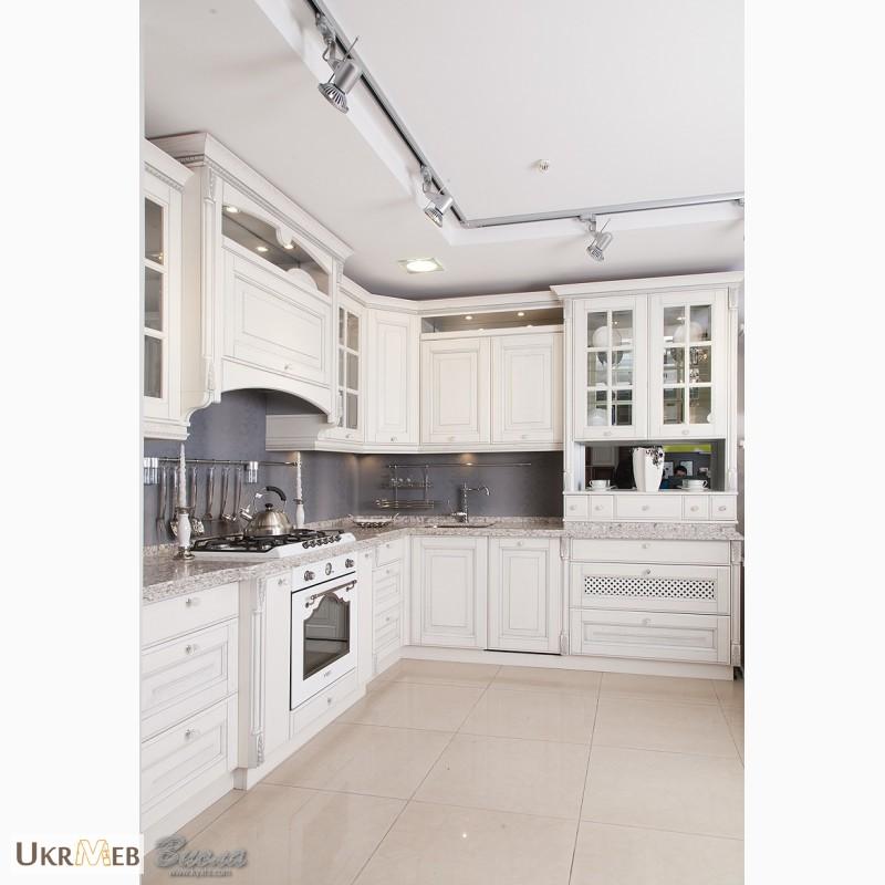 Фото 3. Дизайнерские кухни в классическом стиле из массива с патиной и резьбой