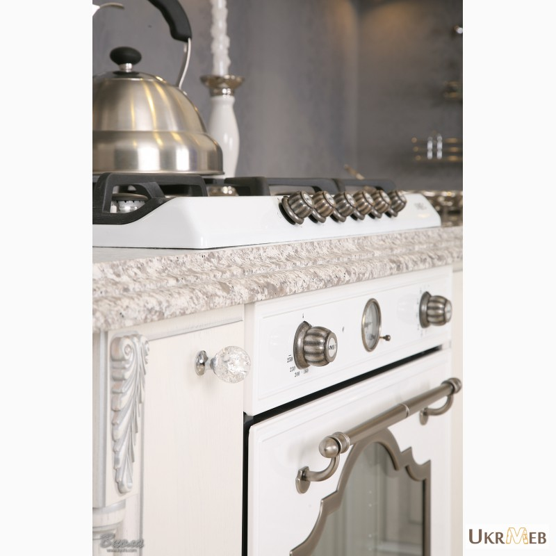 Фото 5. Дизайнерские кухни в классическом стиле из массива с патиной и резьбой