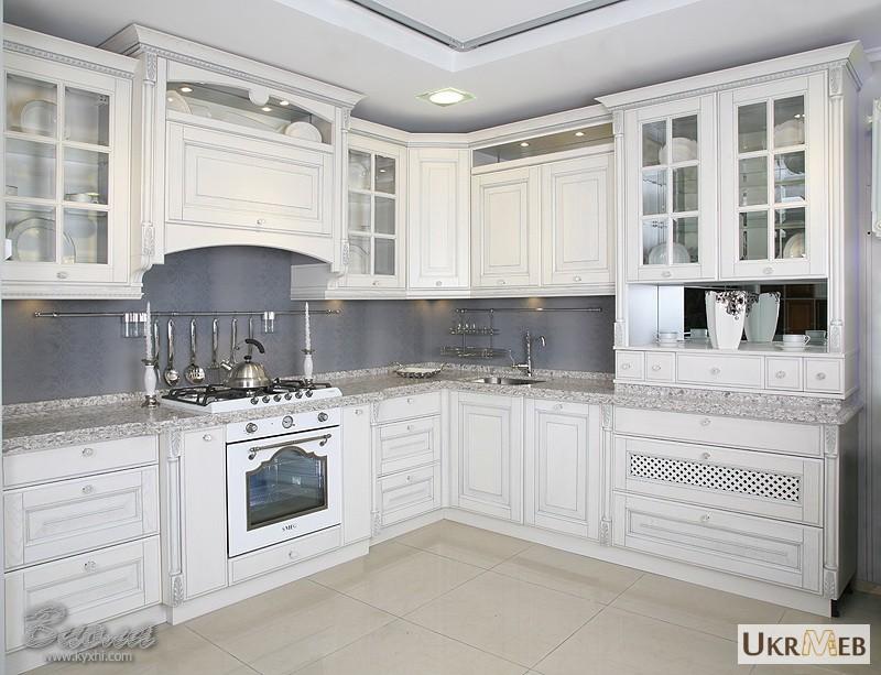Белая кухня с серебристой патиной