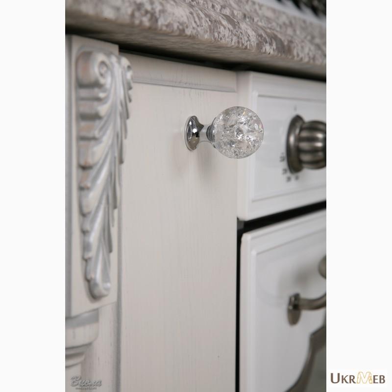 Фото 8. Дизайнерские кухни в классическом стиле из массива с патиной и резьбой
